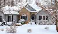 雪の中に立つ家